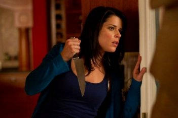 Anche Neve Campbell si è munita di coltello per difendersi dal killer che imperversa in Scream 4