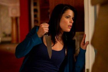 Anche Neve Campbell si è munita di coltello per difendersi dal killer che imperversa in Scream 4
