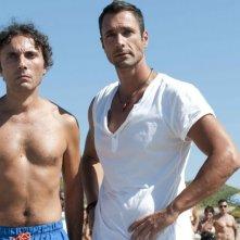 Valerio Aprea accanto a Raoul Bova in Nessuno mi può giudicare (2011)