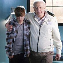 Jason McCann (Justin Bieber) e il Dr. Huxbee (Jude Ciccolella) nell'episodio Targets of Obsession di CSI: Scena del crimine