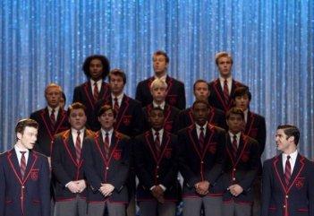 Chris Colfer, Darren Criss e gli altri Warblers nell'episodio La nostra canzone di Glee