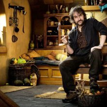 Peter Jackson posa a Bag End, la dimora di Bilbo Baggins, sul set di The Hobbit