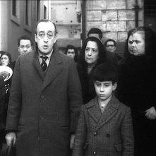 Totò e Pablito Calvo nella sequenza del funerale della madre di Marcellino