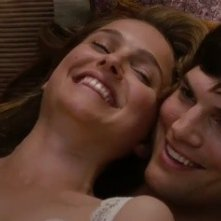 Ashton Kutcher e Natalie Portman in una tenera immagine nella commedia No Strings Attached