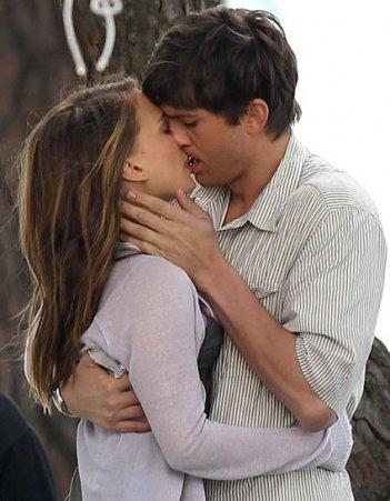 Bacio appassionato tra Ashton Kutcher e Natalie Portman in No Strings Attached