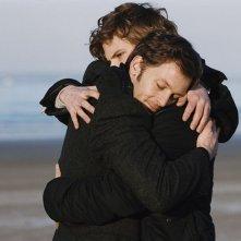 Jean-Baptiste Lafarge e Nicolas Duvauchelle in un abbraccio fraterno per il film Les yeux de sa mère