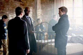 Joshua Jackson e Lance Reddick nell'episodio Stowaway di Fringe