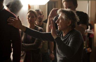 Roman Polanski circondato dalle sue star sul set di God of Carnage