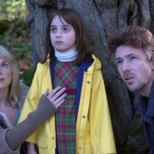 La piccola Ella Connolly tra Aidan Gillen ed Eva Birthistle nell'horror Wake Wood