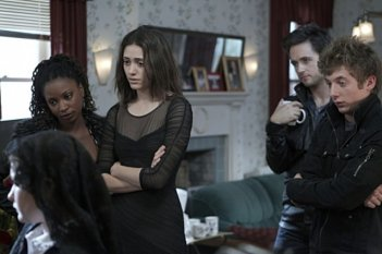 Shanola Hampton, Emmy Rossum, Justin Chatwin e Jeremy Allen White nell'episodio Frank Gallagher: Loving Husband, Devoted Father della serie Shameless