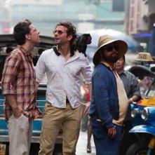 Ed Helms, Bradley Cooper e Zach Galifianakis vagano per la Tailandia pronti a fare danni in una scena di Una notte da leoni 2