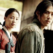 Una bella immagine di Han Ji-Hye e Baek Sung-Hyun in Blades of Blood