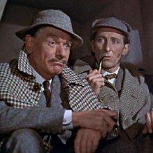 André Morell e Peter Cushing in una scena del film La furia dei Baskerville