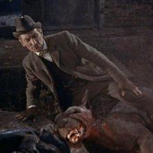 Peter Cushing in una scena del film La furia dei Baskerville (1959)