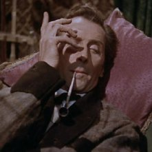 Peter Cushing in una scena del film La furia dei Baskerville