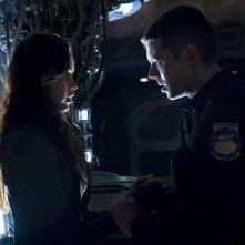 Chloe (Elyse Levesque) e il Tenente Scott (Brian J. Smith) nell'episodio Deliverance di Stargate Universe