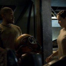 Greer (Jamil Walker Smith) e Lisa (Jennifer Spence) nell'episodio Deliverance di Stargate Universe