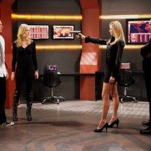 Isaiah Mustafa punta la pistola contro Zachary Levi e Yvonne Strahovski nell'episodio Chuck Versus The A-Team