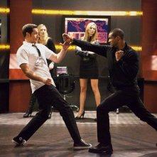 Zachary Levi si difende da Isaiah Mustafa nell'episodio Chuck Versus The A-Team