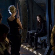 Alaina Kalanj (di spalle) e Elyse Levesque nell'episodio Deliverance di Stargate Universe