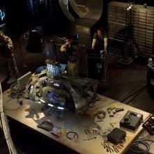I soldati puntano le armi contro un oggetto alieno nell'episodio Deliverance di Stargate Universe
