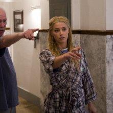 Il regista John Carpenter con Amber Heard sul set di The Ward