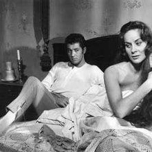 Alida Valli accanto Farley Granger in una scena di Senso