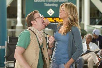 Jennifer Aniston e Nick Swardson nel film Just Go With It