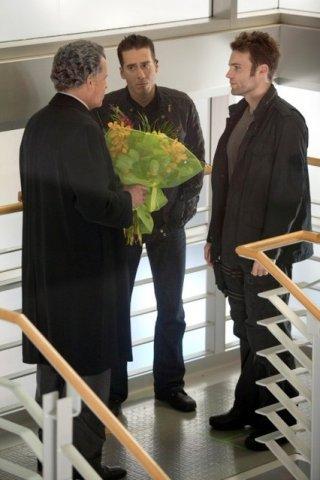 John Noble, Kirk Acevedo e Seth Gabel nell'episodio Bloodline di Fringe