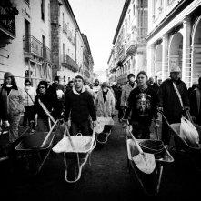 Manifestazione delle carriole a L'Aquila nel film Ju tarramutu