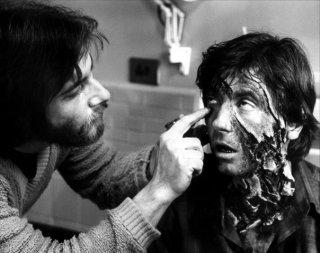 Griffin Dunne si lascia truccare da Rick Baker sul set di Un lupo mannaro americano a Londra