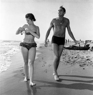 Walter Chiari con Mina a Fregene nel 1960 - tratta dal libro Walter Chiari, un animale da palcoscenico di Michele Sancisi, Mediane editore