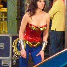 Adrianne Palicki con il costume di Wonder Woman durante le riprese della nuova serie