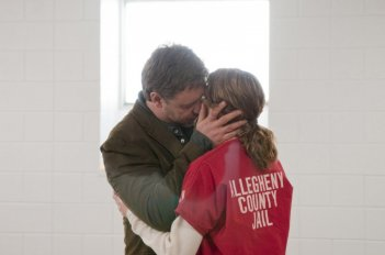 Elizabeth Banks e Russell Crowe in un momento del film The Next Three Days