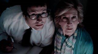 Leigh Whannell e Lin Shaye nel film Insidious