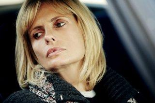 Primo piano di Isabella Ferrari nel dramma tv Storia di Laura