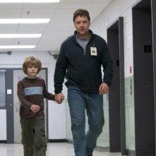 Russell Crowe e il piccolo Ty Simpkins nel film The Next Three Days