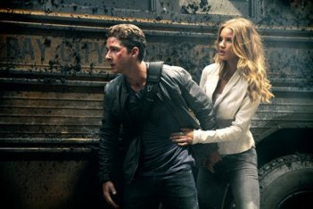 Shia LaBeouf e Rosie Huntington-Whiteley insieme in una scena di Transformers: The Dark of the Moon