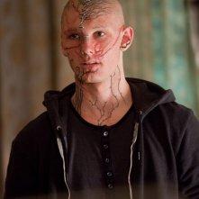 Alex Pettyfer nel film Beastly, dopo essere stato orribilmente trasformato da una strega