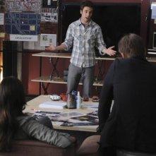 Bret Harrison in una scena della serie Breaking In