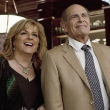 Caroline Aaron ed Alan Rachins nell'episodio Mein Coming Out di Happy Endings