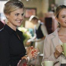 Eliza Coupe e Caitlin Thompson nel pilot di Happy Endings