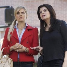 Eliza Coupe e Casey Wilson nell'episodio Mein Coming Out di Happy Endings