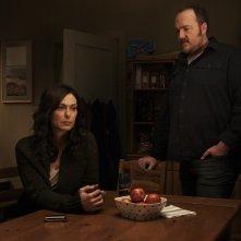 Michelle Forbes e Brent Sexton nella serie The Killing