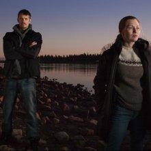 Mireille Enos e Joel Kinnaman nella serie The Killing