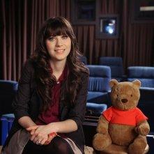 Zooey Deschanel, in veste di cantautrice, insieme all'orsetto Winnie the Pooh