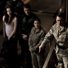Elyse Levesque, Brian J. Smith, Julia Anderson e Lou Diamond Phillips nell'episodio Twin Destinies di Stargate Universe