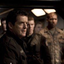 Il Col. Young (Justin Louis) e parte dell'equipaggio nell'episodio Twin Destinies di Stargate Universe