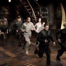 L'equipaggio in corsa verso lo Stargate nell'episodio Twin Destinies di Stargate Universe