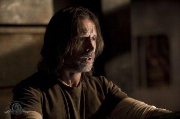 Un preoccupato Rush (Robert Carlyle) nell'episodio Twin Destinies di Stargate Universe